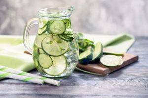 beneficios de beber agua de pepino
