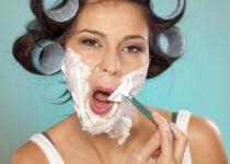 mujer afeitandose vello facial